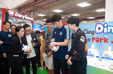 Cầu thủ nổi tiếng Park Ji-sung tham dự fan meeting tại Việt Nam cùng Dino